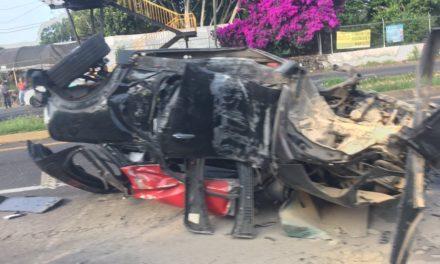 Se salvo de milagro! Destroza su Mini cooper en Lázaro Cárdenas, a la altura del Parque Doña Falla