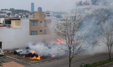Incendio en lote baldío en el fracciónamiento Monte Magno de Xalapa
