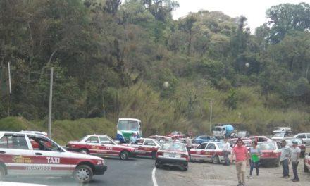 Taxista bloquean la carretera Xalapa-Cordoba en libramiento a Huatusco
