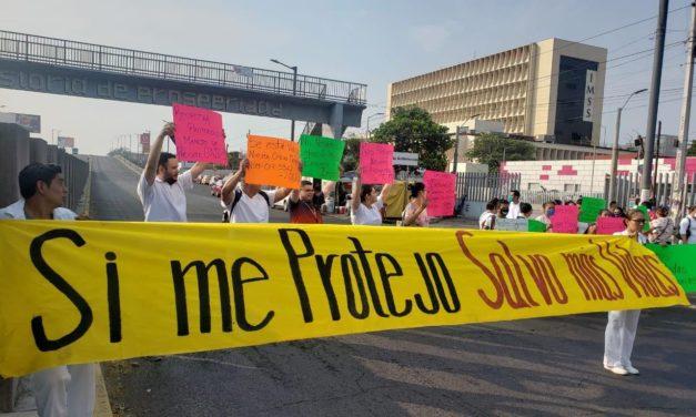 Personal de la clínica 14 del IMSS de Veracruz, bloquean la avenida Cuauhtémoc en la ciudad de Veracruz