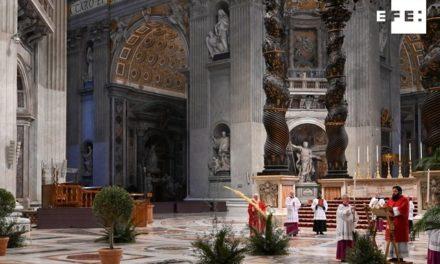 Galería: Francisco celebra sin fieles en el domingo de Ramos