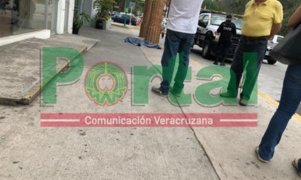 Persona sin vida en Plaza Animas Xalapa