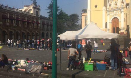 Se manifiestan en la Plaza Lerdo de Xalapa, un grupo de ex empleados del ayuntamiento de Actopan, aseguran que fueron despedido injustificadamente