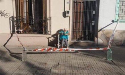 Abuelita cerca la banqueta para salir a tomar el sol en cuarentena y se viraliza