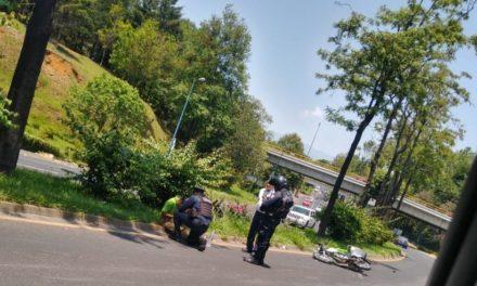 Motociclista lesionado en la avenida Lázaro Cárdenas, a la altura de Plaza Ánimas