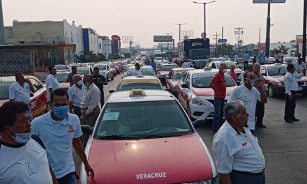 Taxistas bloquean avenida Rafael Cuervo en Veracruz; exigen apoyos al gobierno del estado