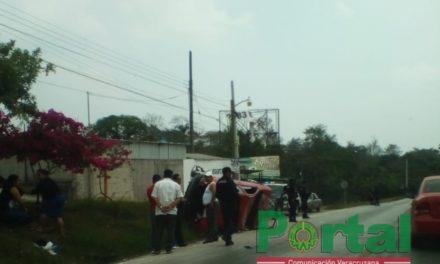 Vehículo volcado en la carretera Las Trancas – Coatepec