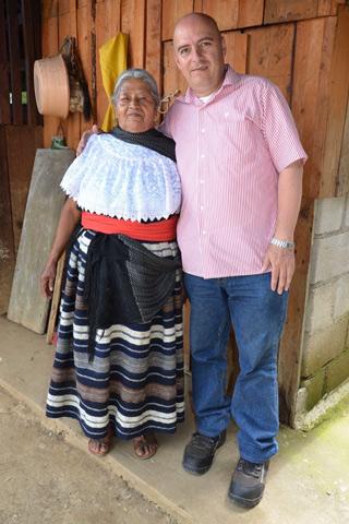 La señora Matilde, tejedora de Tlaquilpa, Veracruz, y Jesús Javier Bonilla, investigador del Instituto de Antropología