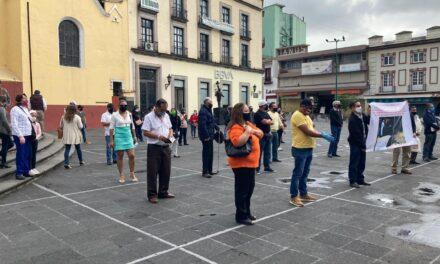 Habitantes de la colonia Ferrocarrilera se manifestan en la Plaza Lerdo de Xalapa