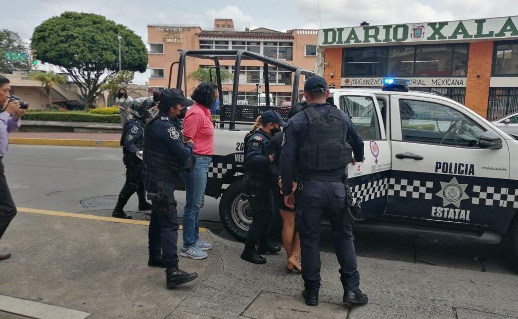 Detenidas en el centro de Xalapa!, pretendía cambiar cheques falsos en Banorte de Ávila Camacho esquina Clavijero