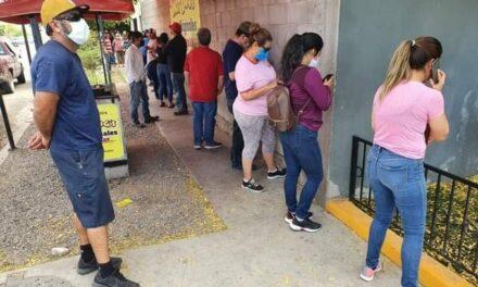 """Se contagia de COVID-19 por hacer fila para comprar cerveza en Sonora; """"esa fue su única salida"""""""
