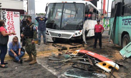 Choque entre dos urbanos en Veracruz, deja varios lesionados