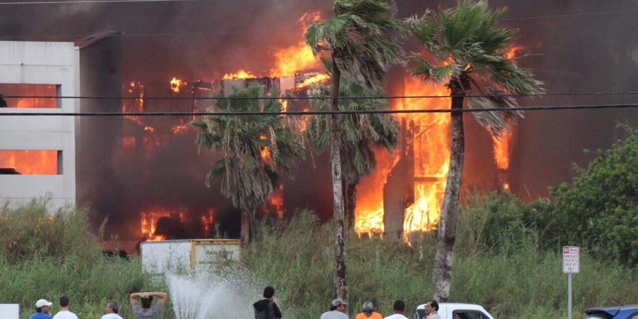 Video: Fuerte incendio se registra en edificio de condiminios en South Padre Island, Texas