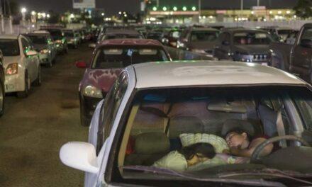 Decenas de habitantes de Tijuana que trabajan en Estados Unidos pasan la noche al interior de sus vehículos y haciendo fila en la frontera para ser de los primeros en cruzar.