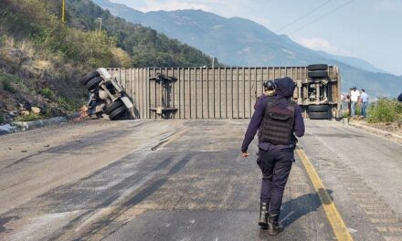 Vuelca tráiler en autopista Puebla-Córdoba; reportan cierre vial