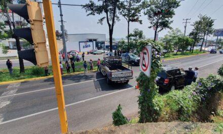 Manifestantes bloquean la circulación sobre la carretera federal Xalapa-Veracruz, a la altura de Plaza Xanat