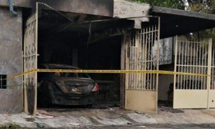 Video: Momento en que incendian casa y vehículo de enfermera en Yucatán