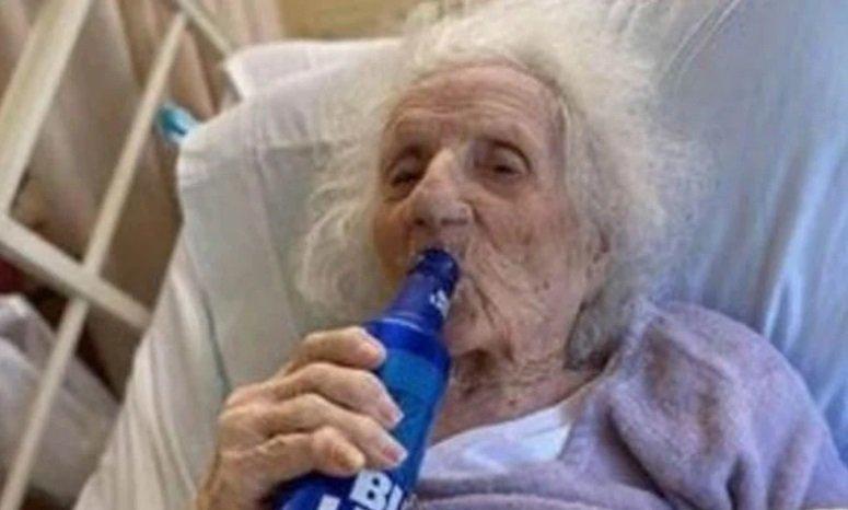 Mujer de 103 años celebra con cerveza que se recuperó de COVID-19