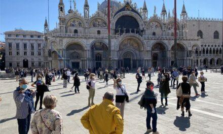 Italianos comienzan a salir a las calles con estas medidas de protección ante COVID-19