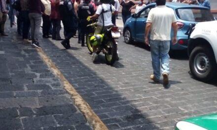 Comerciantes molestos del centro de Xalapa, bloquearon por unos minutos la calle Revolución