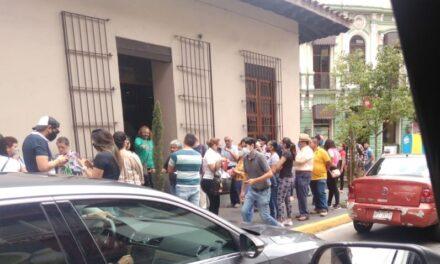 Sin respetar distancia para acceder a instituciones bancarias del Centro de Xalapa