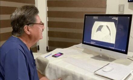 Médico da consulta en línea a pacientes con síntomas de coronavirus