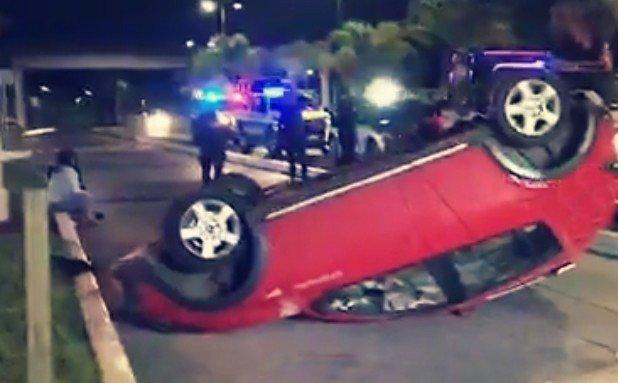 Conductora se voltea durante la madrugada en la avenida Lázaro Cárdenas, a la altura de la Toyota
