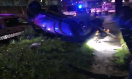 Accidente y volcadura de Minicooper en la avenida Lázaro Cárdenas, a la altura de Plaza Américas