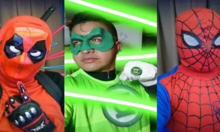 Profesor se disfraza de superhéroes para dar clases en línea