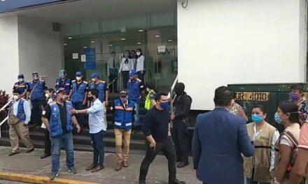Bancomer de Córdoba, continúa sin respetar sana distancia.