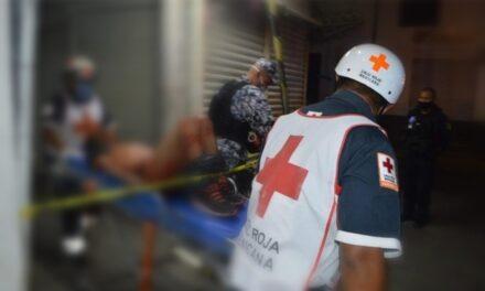 Lo apuñalan en zona de mercados de Veracruz tras una riña y se escapa del hospital
