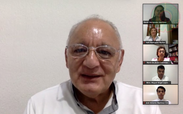 El vicerrector Alfonso Gerardo Pérez Morales felicitó a la universitaria y a su familia