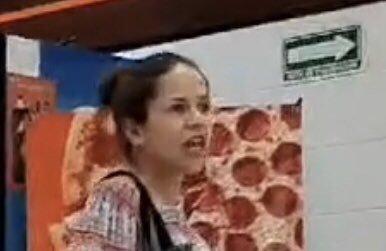 Sin cubrebocas, #LadyPizza ataca a personal de establecimiento de comida