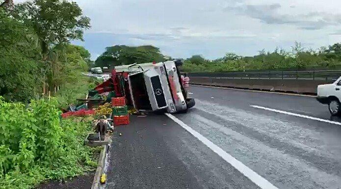Se voltea camión tipo tortón en la carretera Cardel – Veracruz, a la altura de La Antigua