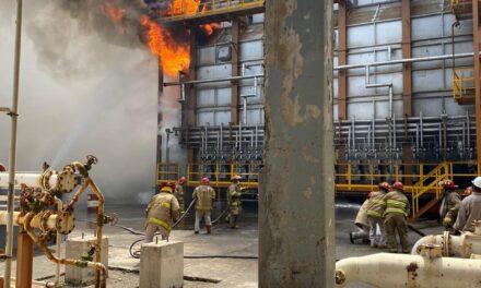 Conato de incendio en Refinería de Salina Cruz, fue puesta en paro seguro por registro de disparo en los turbo generadores y caldera.