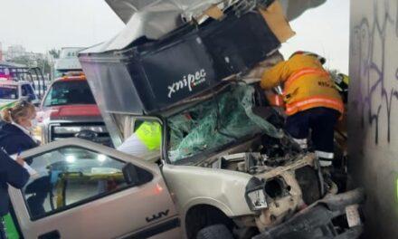 Conductor queda prensado tras aparatoso accidente en la autopista México-Puebla