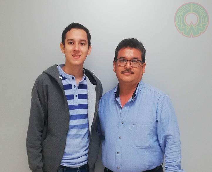 Camilo Andrés Romo Pérez, acompañado de Evaristo Hernández Quiroz, director de la Facultad de Odontología de Poza Rica