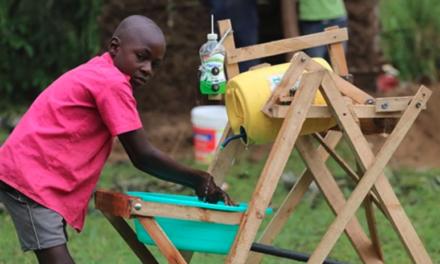 Niño crea maquina para lavarse las manos sin necesidad de tocar una llave