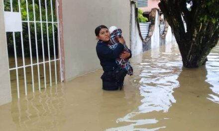 Fuertes lluvias deja inundaciones en Agua Dulce,implementa Policía Estatal Plan Tajín por fuertes lluvias en Agua Dulce