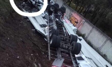 Accidente en la carretera Perote – Xalapa, en la curva de toxtlacoaya trailer se volteo