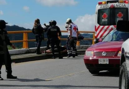 Policías evitan que mujer salte del puente vehicular en la autopista Córdoba-Veracruz
