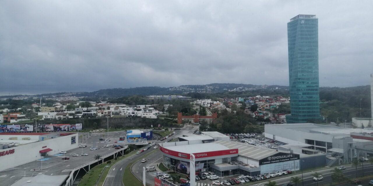 Población veracruzana: se actualiza #InformeMeteorológico  ☀️Ambiente caluroso al mediodía-tarde ⛈️Probabilidad de lluvias/tormentas aisladas en zonas montañosas.