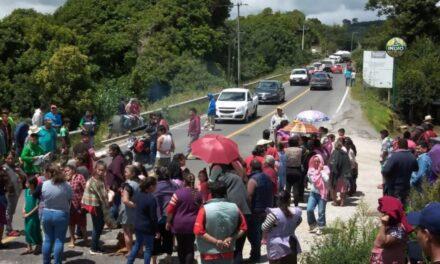 Manifestantes cierran el paso en la carretera Teziutlán-Perote