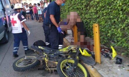 Motociclista muere tras estrellarse contra una barra metálica en San Andrés Tuxtla