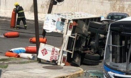 Se voltea camión repartidor de gas en accidente con autobús de pasajeros en el puerto de Veracruz