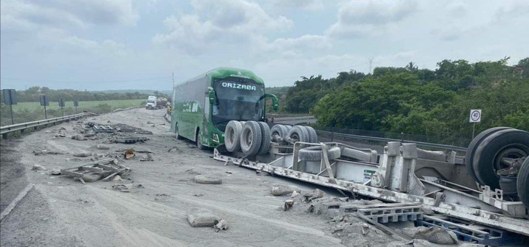 Se voltea trailer cargado de cemento en la carretera Veracruz – Xalapa