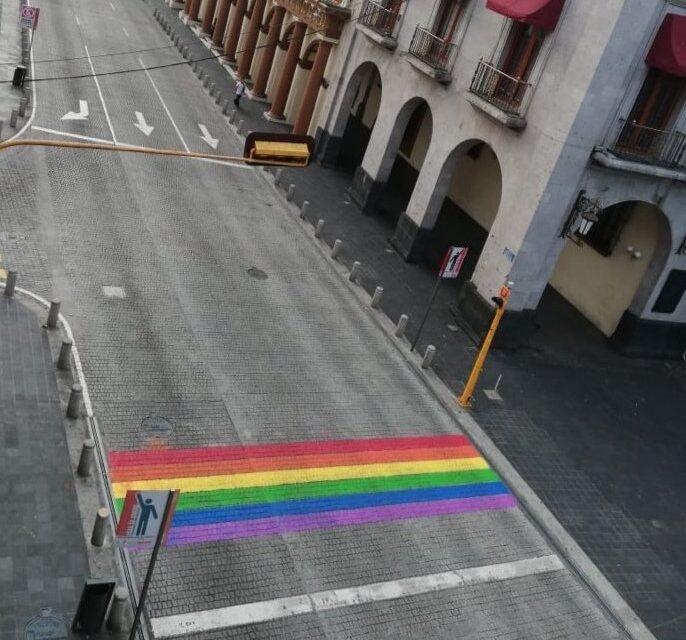 Pintan cruce peatonal con bandera LGBT+ en Xalapa, Veracruz