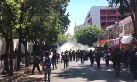 Un reducido grupo de anarquistas vandalizaron las inmediaciones de la Embajada de Estados Unidos en la CDMX.