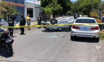 Camioneta volcada en avenida Américo Vespucio en el puerto de Veracruz