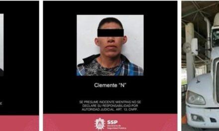 Detiene SSP a 2 personas por robo a negocio; recupera vehículos.